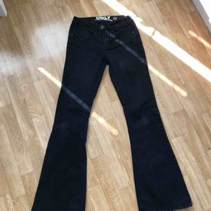 Säljer dessa low-waist bootcut jeans från Only i storlek 25/32. Anledning varför är för att dom är för små för mig, och dom har används ett antal gånger men är fortfarande i ett bra skick.🖤 (Köparen står för frakten)