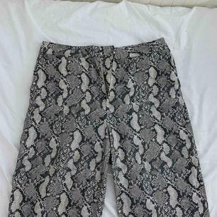 Snygga snakeprint-byxor från H&M! Skönt material, lite stora i midjan på mig, därför säljer jag dem! Använda men i fint skick. Köpare står för frakt ✨