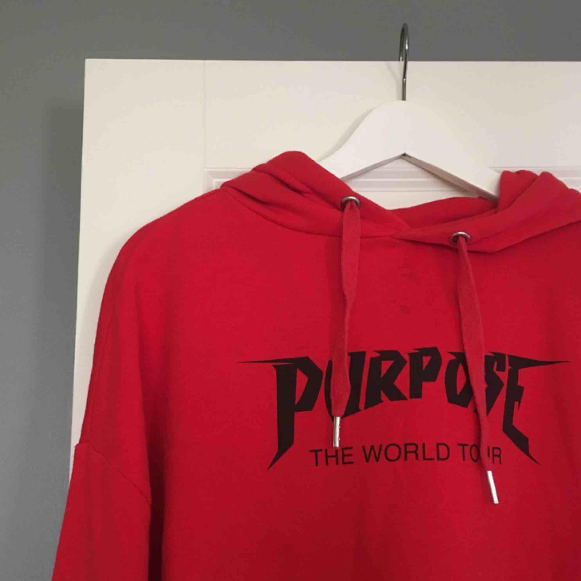 En röd hoodie från Justin Biebers kollektion för HM.  Tröjan är i fint skick, förutom två små fläckar vid halsen som knappt syns. Köparen står för frakten! . Tröjor & Koftor.