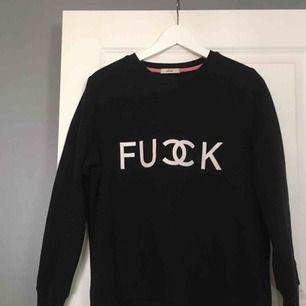 """En svart sweatshirt med texten """"fuck"""", säljs pågrund av att den aldrig används. Köparen står för frakten!"""