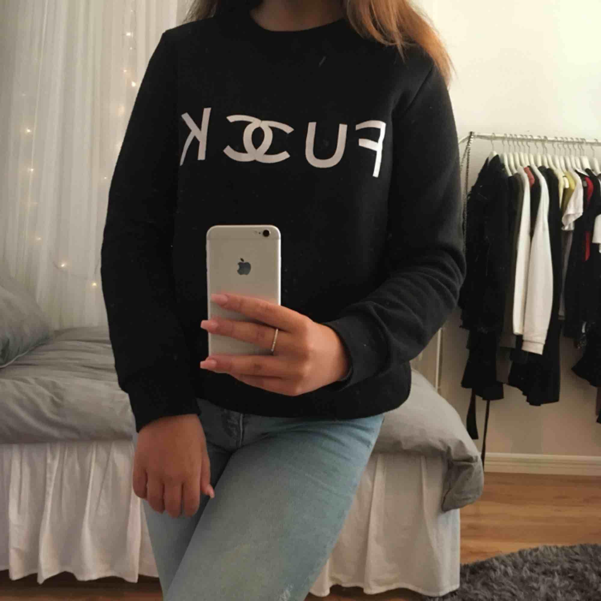 """En svart sweatshirt med texten """"fuck"""", säljs pågrund av att den aldrig används. Köparen står för frakten!. Tröjor & Koftor."""