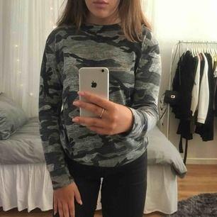 En fin, väldigt tunn tröja i militärmönster från Madlady. Knappt använd därför är tröjan i väldigt bra skick. Köparen står för frakten!