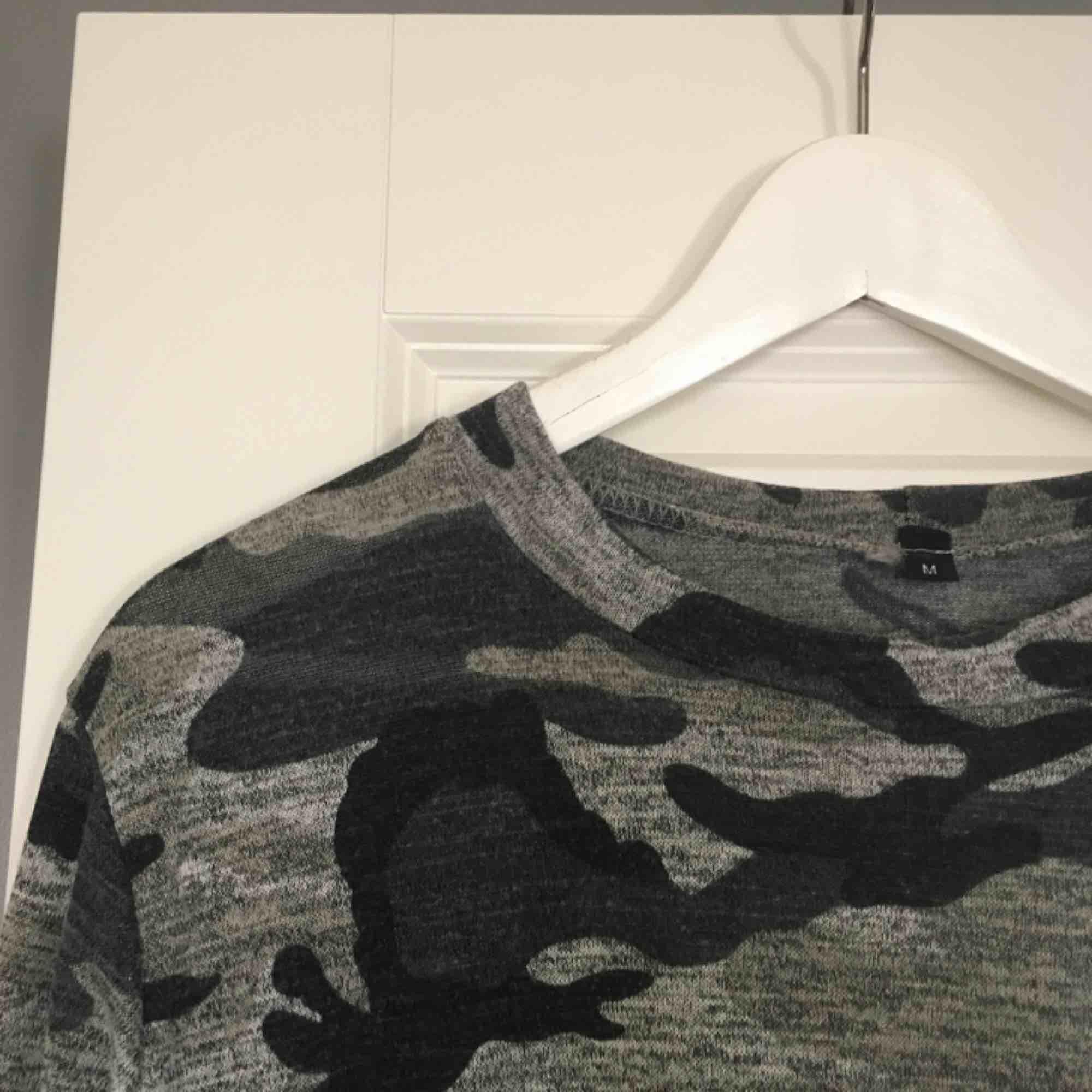 En fin, väldigt tunn tröja i militärmönster från Madlady. Knappt använd därför är tröjan i väldigt bra skick. Köparen står för frakten! . Tröjor & Koftor.