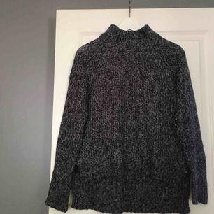 En supersnygg, blå, stickad tröja från Vero Moda i storlek 36. Tröjan har en hög krage och är lite längre i bak vilket är en väldigt snygg detalj. Köparen står för frakten!