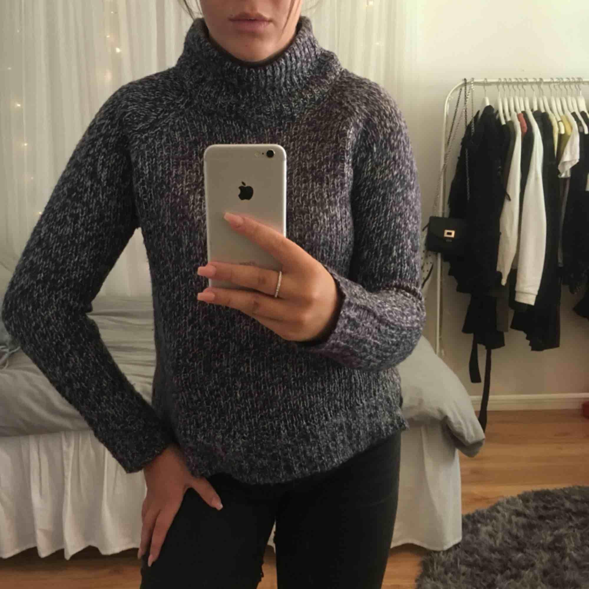 En supersnygg, blå, stickad tröja från Vero Moda i storlek 36. Tröjan har en hög krage och är lite längre i bak vilket är en väldigt snygg detalj. Köparen står för frakten! . Stickat.