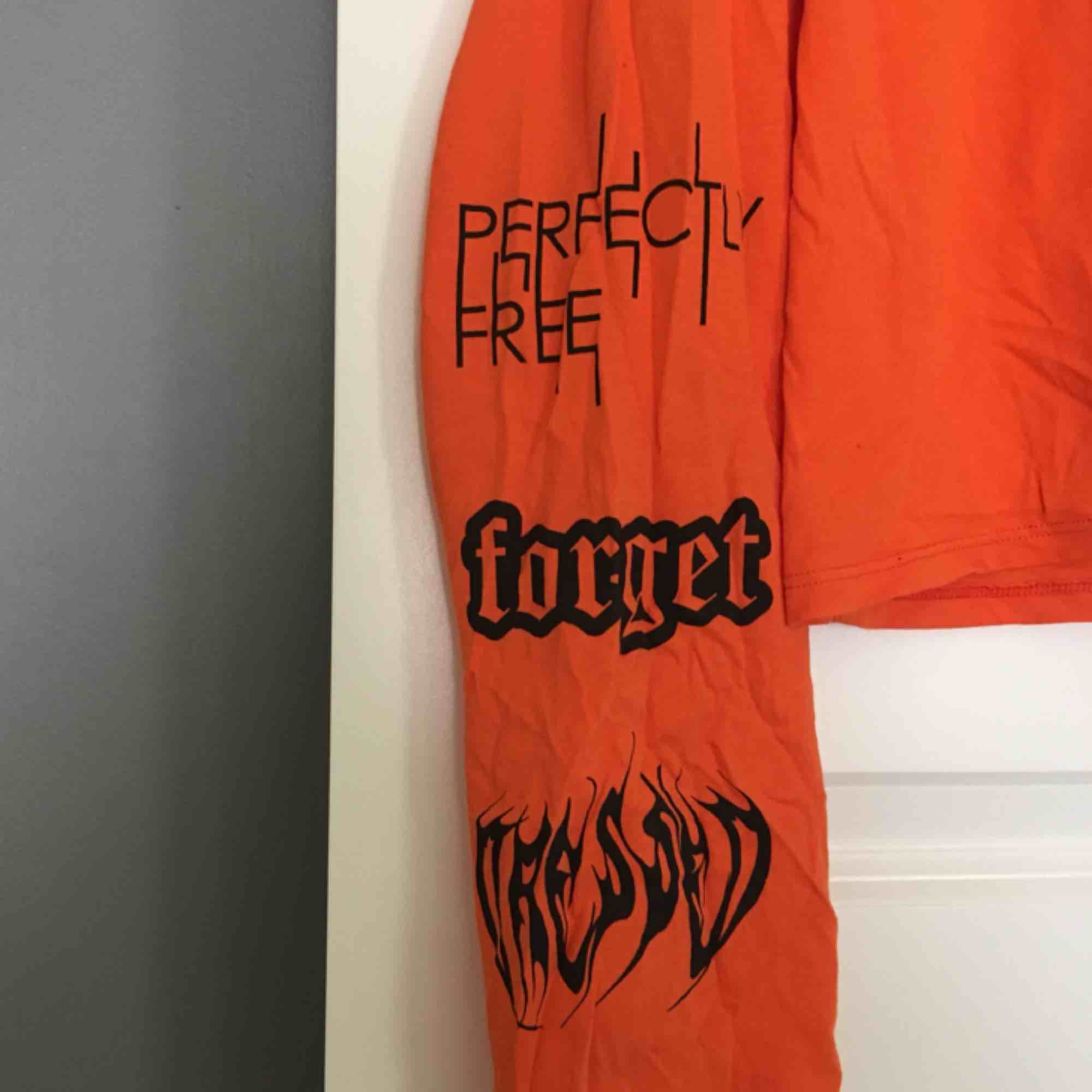 En kortare tröja med snygga detaljer. Använd endast en gång, så jättebra skick. Säljer pågrund av att det inte är min stil. Köparen står för frakten 🧡. Toppar.