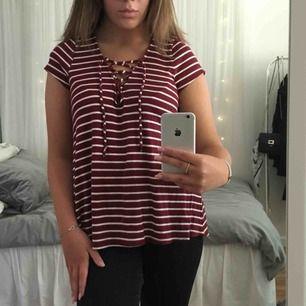 En väldigt gullig tröja från Hollister med snörning fram. Säljer pågrund av att den aldrig används och det är tråkigt att en sådan fin tröja inte ska komma till användning. Köparen står för frakten❣️