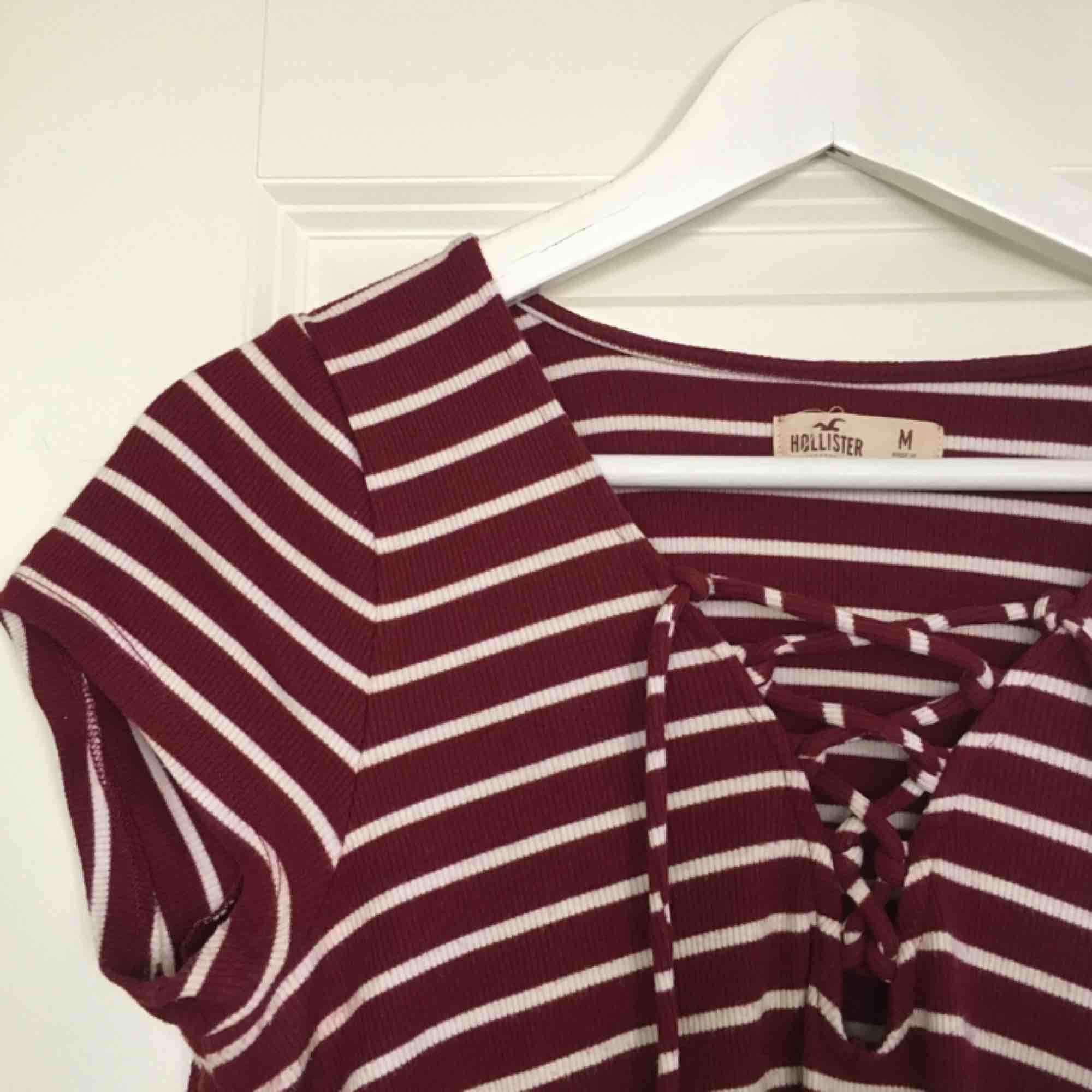 En väldigt gullig tröja från Hollister med snörning fram. Säljer pågrund av att den aldrig används och det är tråkigt att en sådan fin tröja inte ska komma till användning. Köparen står för frakten❣️. T-shirts.