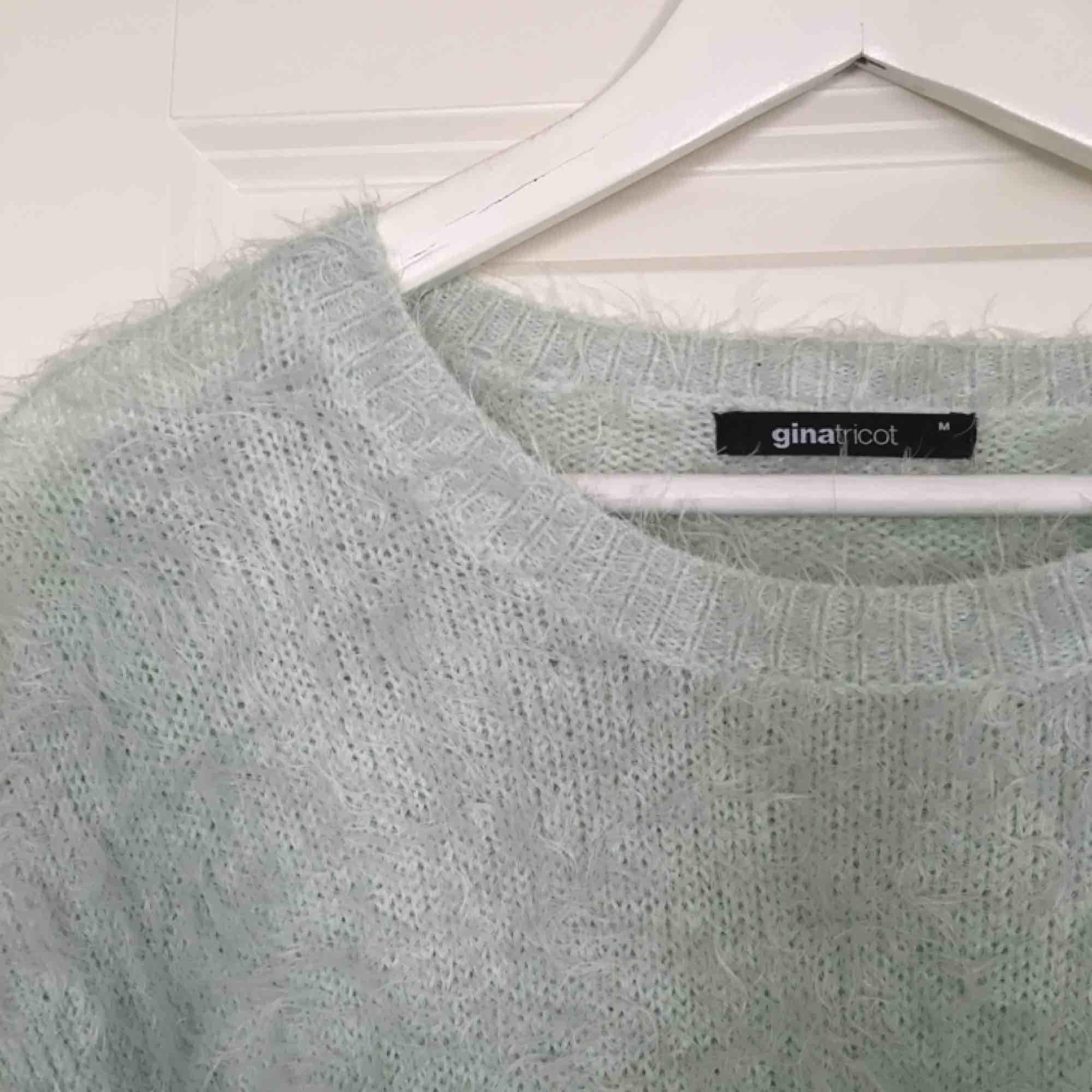 En väldigt mysig tröja i ljusblå nu till hösten. Tröjan är i ett skönt material och är nästan oanvänd. Köparen står för frakten!. Tröjor & Koftor.