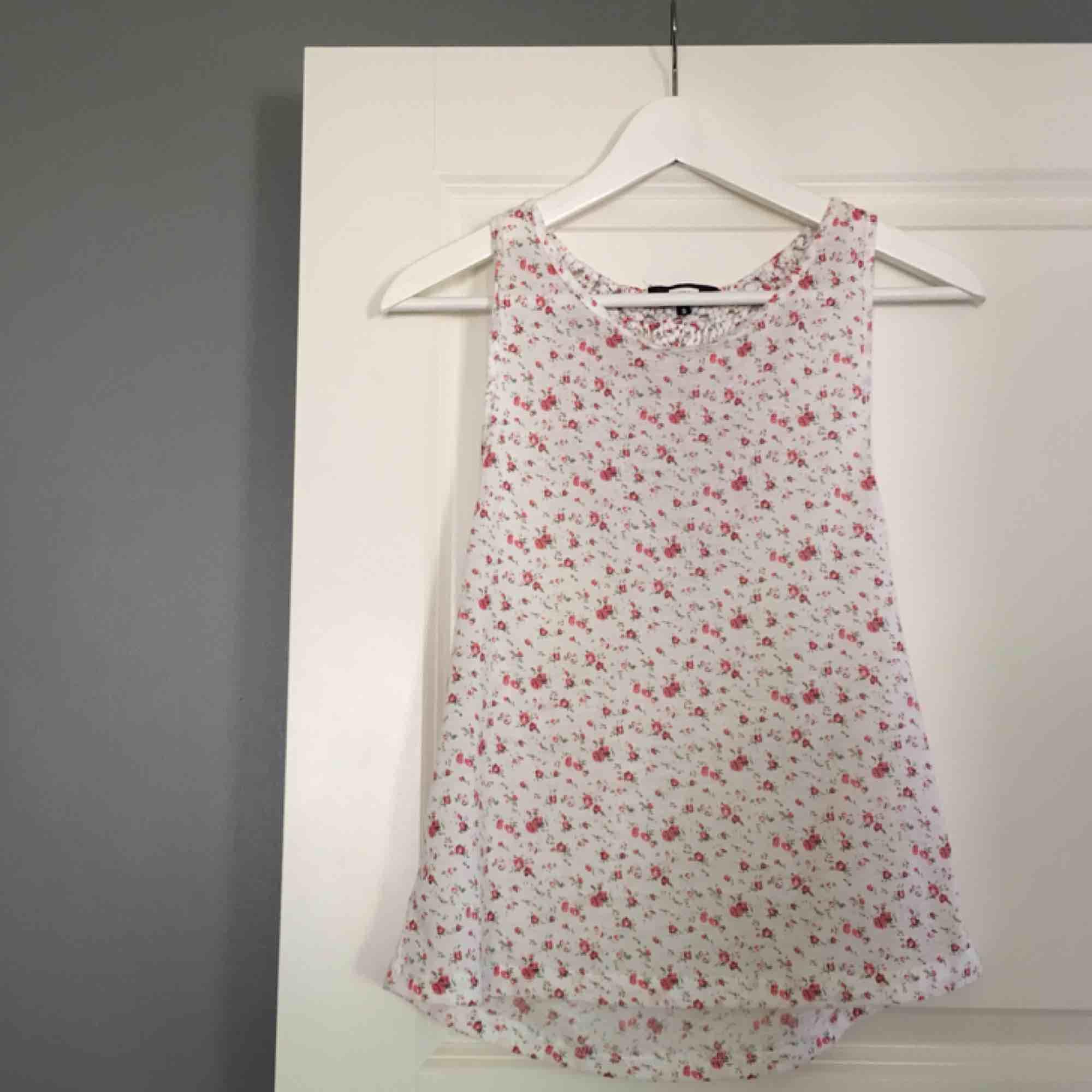 Ett väldigt fint somrigt linne med en väldigt fin rygg. Säljer pågrund av att det tyvärr aldrig används. Köparen står för frakt! . Toppar.