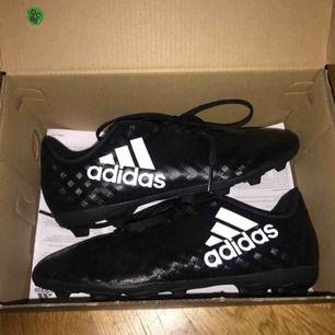 Säljer min lillebrors fotbolls skor i storlek 32 helt oanvända. Kan mötas upp i Stockholm elr frakta då står men för frakten själv. Vid mer frågar kontakta mig❤️