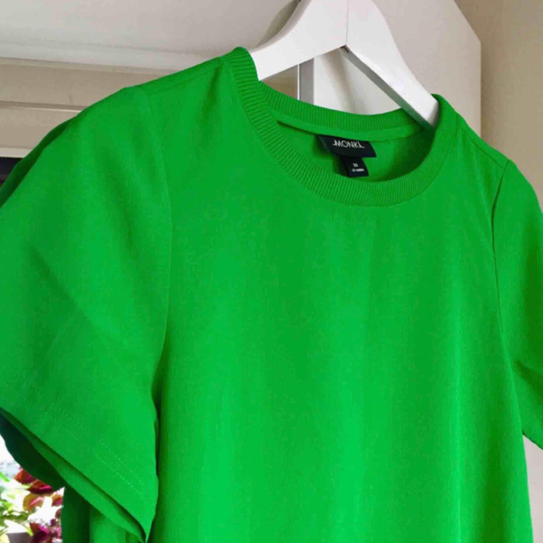 Tunn t-shirt från Monki i härlig färg. Lite oversized så sitter perfekt på en S med!. T-shirts.