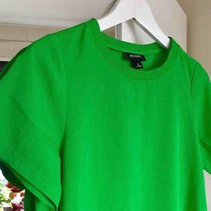 Tunn t-shirt från Monki i härlig färg. Lite oversized så sitter perfekt på en S med!