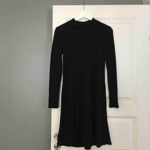 En svart ribbad klänning i bra skick. Passar till både vardags och fest eftersom du både kan klä upp den och klä ner den. Eventuella fraktkostnader tillkommer och betalningen sker via swish!