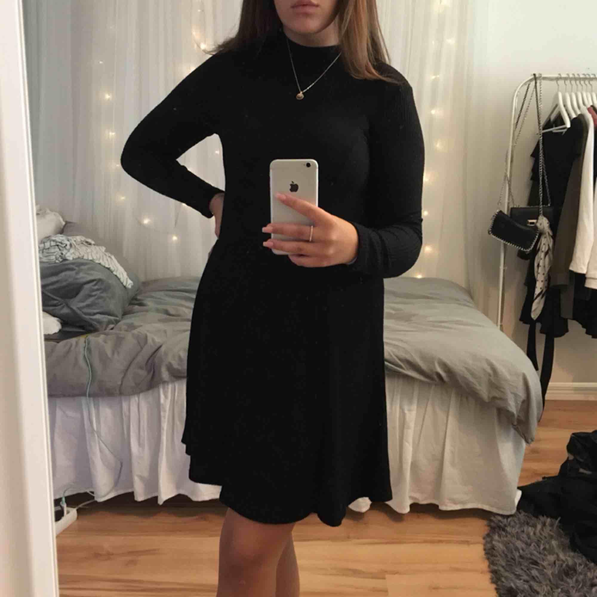En svart ribbad klänning i bra skick. Passar till både vardags och fest eftersom du både kan klä upp den och klä ner den. Eventuella fraktkostnader tillkommer och betalningen sker via swish!. Klänningar.
