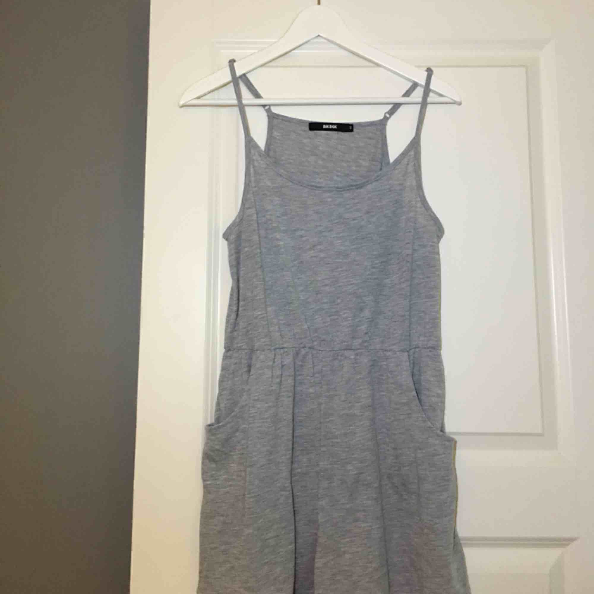 En ljusgrå jumpsuit från bikbok. Perfekt att ha hemma att mysa i eller varför inte till stranden? Köparen står för eventuella fraktkostnader och betalningen sker via swish! . Shorts.
