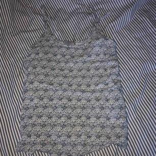 FRAKT: 18 kr Mönstrat linne Fint skick! Stl. M passar även s. KÖPAREN STÅR FÖR FRAKTEN. Swisch är det som gäller Priset kan diskuteras ;)