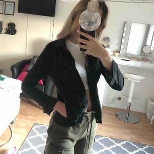 Svart jeans jacka ifrån Nelly som ny! Säljer pga inte min stil