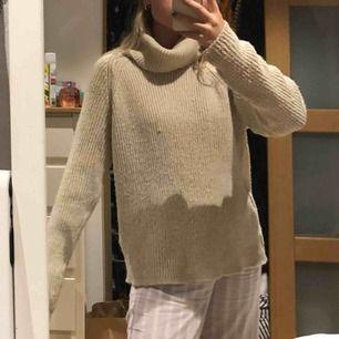 Superskön tröja med polokrage köpt på urban outfitters! Märkt med XS men passar mig med storlek S med en oversized fit🥰 inte stickig!