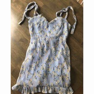 Blå mini klänning från missguided (oanvänd) ordpris 349kr