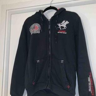 Jättefin hoodie som jag säljer åt min bror, lite stor i storleken så passar S -M. Helt okej skick kan gå ner i pris vid snabb affär!