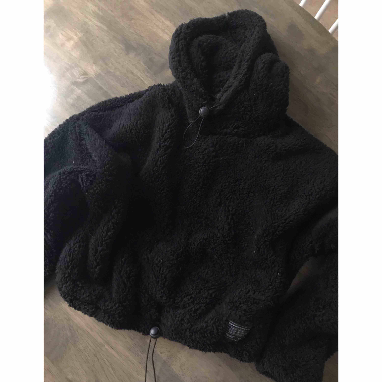 Croppad Teddy hoodie från urban outfiters ordpris 290kr (använd en gång). Huvtröjor & Träningströjor.