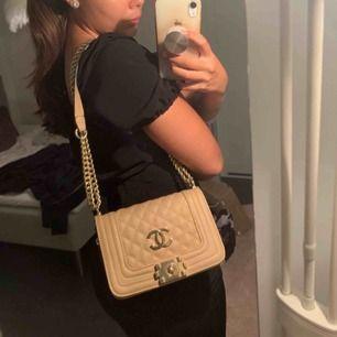 AAA kopia Chanel väska inköpt för 799 säljer för nästan hälften trots toppskick då den endast är använd fåtal gånger. Kedjan är justerbar och kan antingen användas som en crossbody eller som på bilden