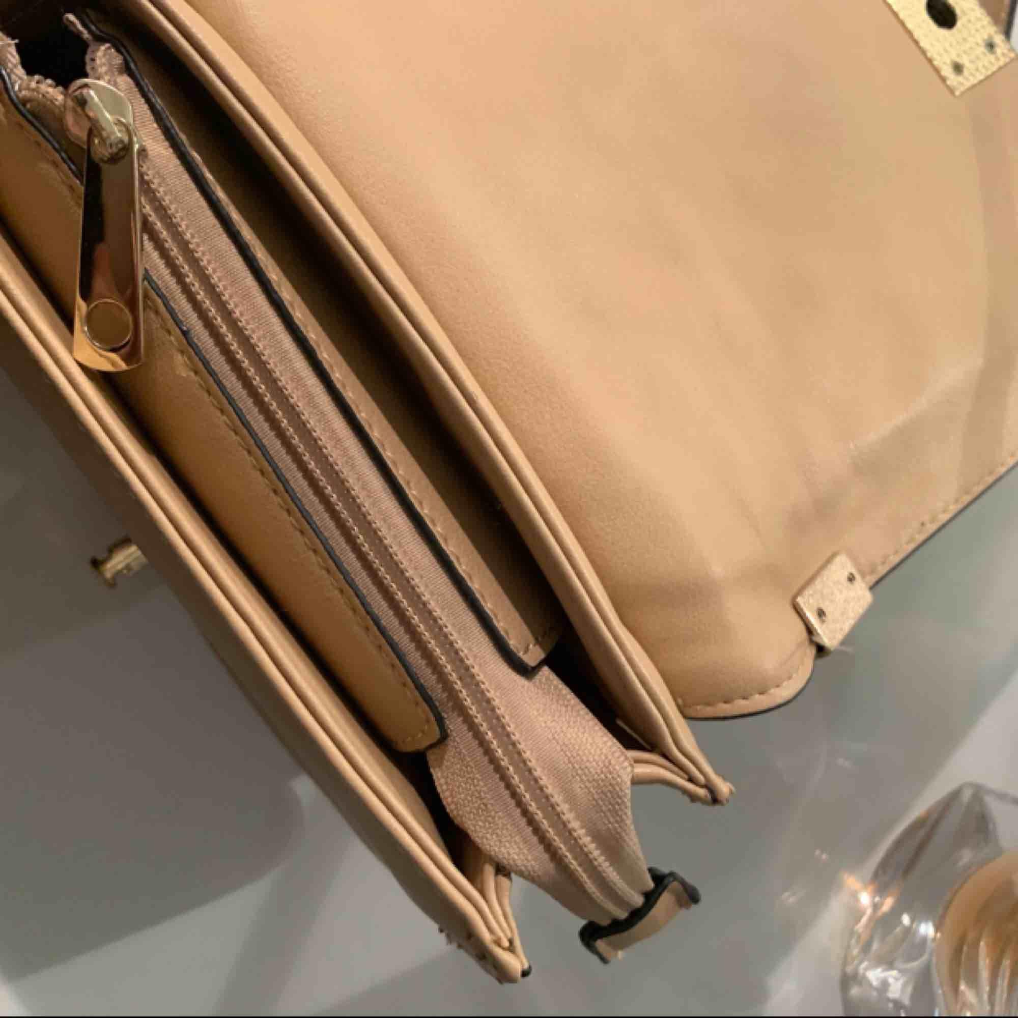 AAA kopia Chanel väska inköpt för 799 säljer för nästan hälften trots toppskick då den endast är använd fåtal gånger. Kedjan är justerbar och kan antingen användas som en crossbody eller som på bilden. Accessoarer.