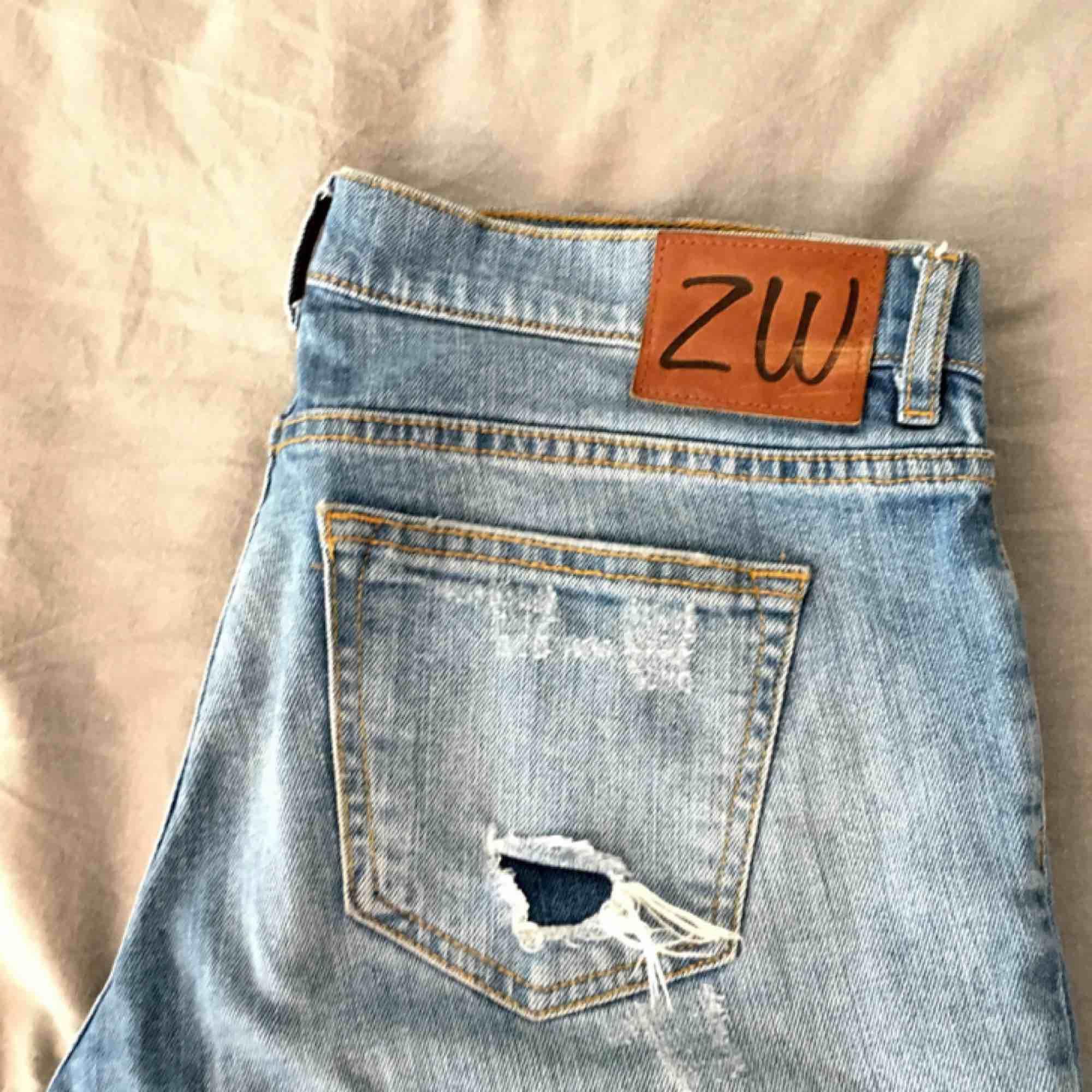 Slitna boyfriendjeans i bra skick från Zara! Låga i midjan, jag är 165 cm och på mig sitter de jättebra! Köparen står för eventuella fraktkostnader och betalningen sker via swish 💙. Jeans & Byxor.