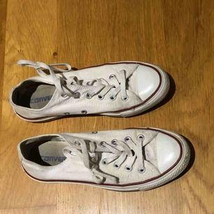 Vita låga converse, använda ett par gånger men inte så att skon är sliten på något sätt förutom att de blivit lite smutsiga! Säljer pga för små⭐️