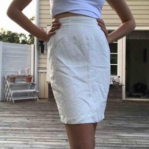 Tunn, vit kjol från InWear. Stängs med dragkedja och knapp på sidan. Fina detaljer upptill. Liten veckning baktill. Bra skick!  Frakt ingår i priset!  Kolla gärna in mina andra kläder :)