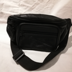 Bumbag i svart fakeläder med många fack och sömdetaljer, nyskick! ✨  Pris inklusive frakt