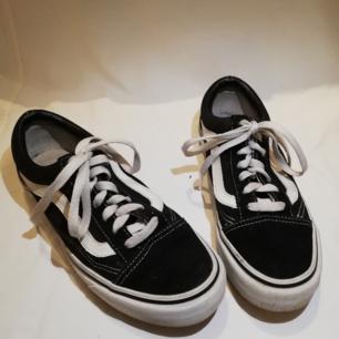 Säljer vidare ett par Vans Old Skools pga fel storlek! Använda sparsamt så är i bra skick, men snörena kan behöva tvättas/bytas för en mer