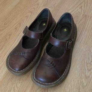 Annorlunda retro Dr Martens sandaler! Riktigt udda, dessa blir du ensam om. ● Dr Martens ● Storlek UK3, 36. True to size ● Högst troligen äkta läder ● Sparsamt använda, fint skick! ● + Frakt 63kr (spårbart)