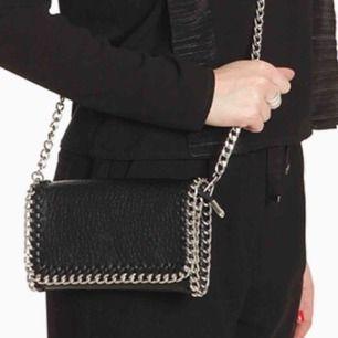 Handväska/axelväska/plånbok knappt använd🖤Silver kedjor, fint skick!!