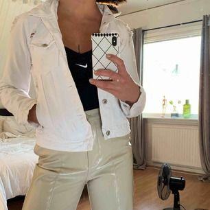 Vit jeansjacka med slitningar. Aldrig använd