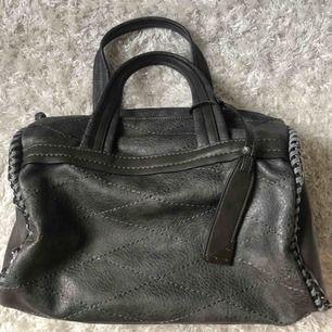 Säljer en såå fin grå handväska med riktigt bra utrymme och många fack inuti! Perfekt till skolstarten nu😍Använd max 3 gånger så skicket är som nytt🖤BILDERNA blev nästan färgglada men den är helgrå i verkligheten