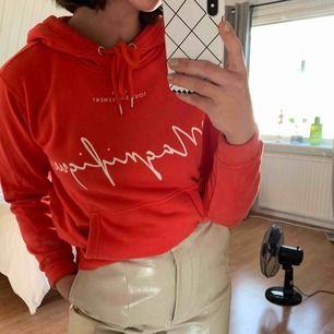 Ljusröd hoodie från H&m. Sparsamt använd