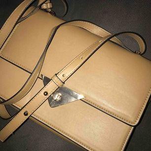 Använd fåtal gånger, som ny! Köpt från h&m, jättefin väska i höstfärg som du lätt kan använda som axelremsväska eller som handväska.