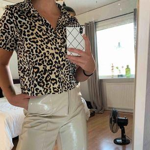 Kortärmad skjorta i leopardmönster från BikBok.  Aldrig använd