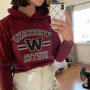 Vinröd hoodie från Gina Tricot. Frakt tillkommer