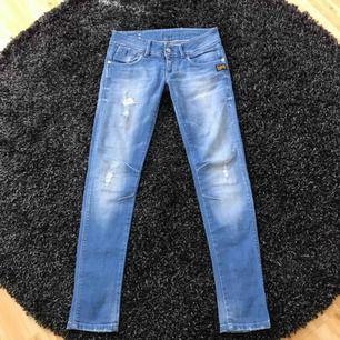 """G-Star jeans, skinny fit i stretch. Låg midja, style """"destroyed"""". Det står W 26 i jeansen men är stora i storlek, jag köpte dem när jag var W 27. Mycket fint skick. Ev fraktkostnad tillkommer"""