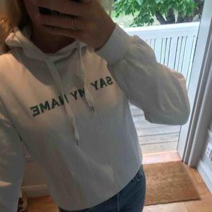 Jättesnygg vit hoodie från Emilie Britings kollektion för Na-Kd Nypris: 450kr
