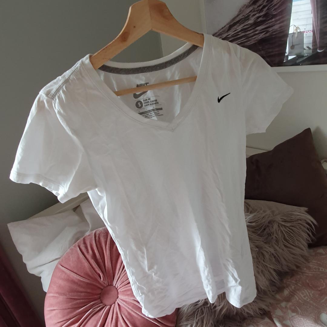 Vit t shirt från nike. Storlek s. Frakt 36kr Betalning via swish . T-shirts.