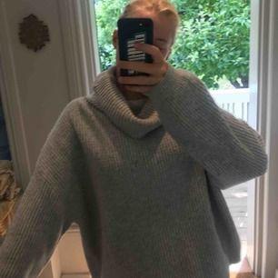 En jättemysig tjock stickad ljusgrå tröja från H&M med turtleneck krage