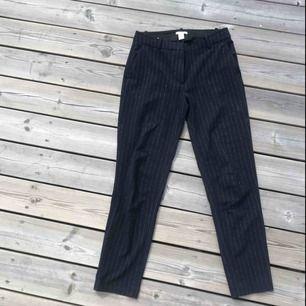 Super snygga Kritrandiga Mörkblåa byxor (slacks) från H&m med invävt glitter.
