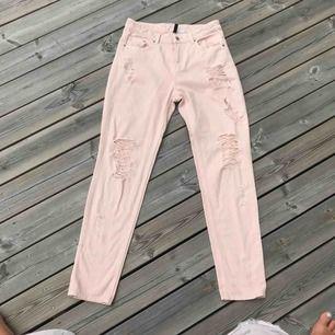 Super balla Ljusrosa boyfriend jeans med slitningar på benen🥰