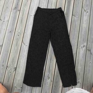 Jätte coola kostymbyxor ifrån H&M i siden liknande material med svarta prickar och snygga detaljer på sidan🥰