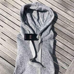 Helt ny hoodie från hunkemöller. Köpt för ett tag sedan men har tyvärr bara legat i garderoben. Den är lite kortare i modellen och tunnare än en vanlig hoddie. Den har även rynkade detaljer på ärmarna🥰