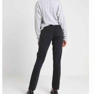 Kimomo jeans från Monki! Supersnygg modell. Hög midja. Storlek 26. Frakt tillkommer